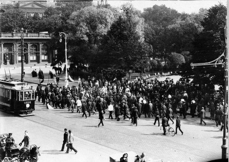 Манифестанты проходят по Невскому проспекту мимо Екатерининского сада после оглашения манифеста об объявлении войны Германии.
