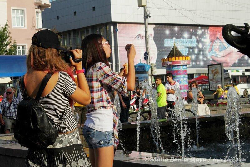 Мыльные пузыри из рожка, Саратов, площадь Кирова, 26 июля 2012 года