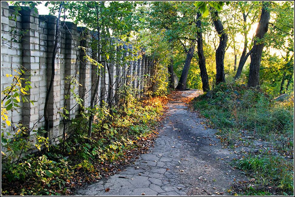 А закончить нашу прогулку я предлагаю в районе станции Санаторная. Тут рядом и тихие мило заброшенные улочки...