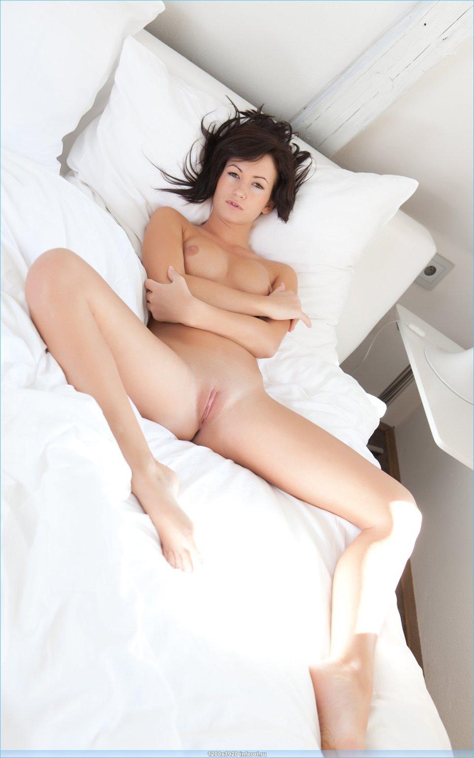 голая брюнетка в постели в оджидании