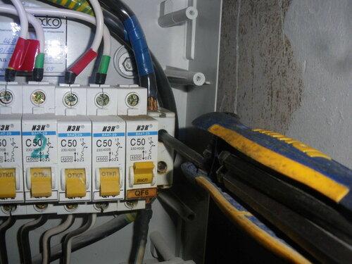 Фото 5. Демонтаж повреждённого нулевого клеммника «Энсто» («Ensto»). Отворачивание контактных болтов с головкой «под шестигранник» универсальным ключом. Действующие общие квартирные автоматы отключены.