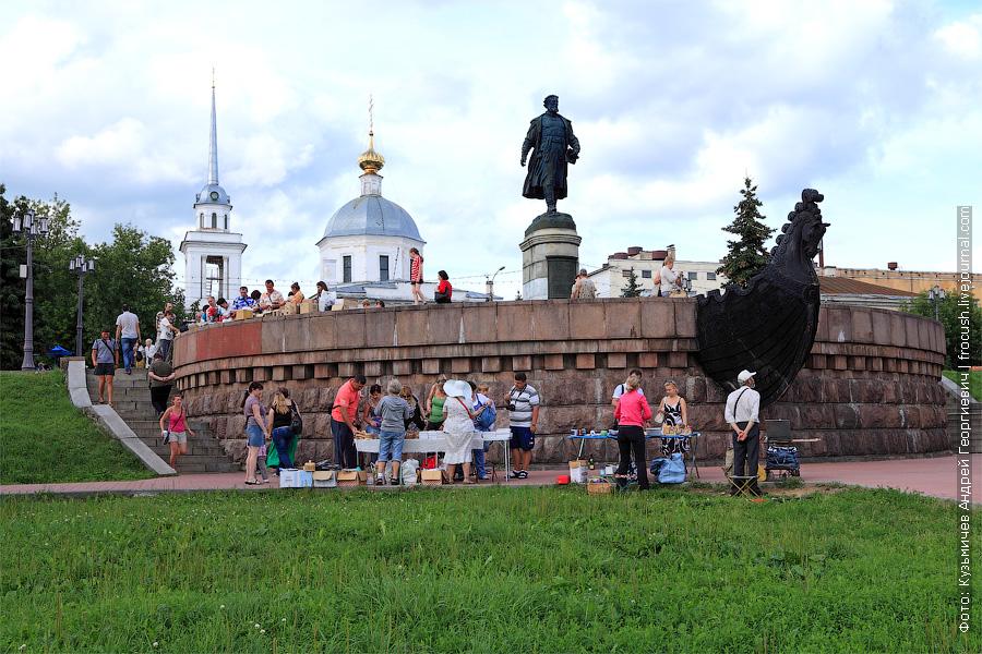Памятник Афанасию Никитину и смотровая площадка. Сзади Церковь Воскресения Христова (Трех исповедников), что за Волгой