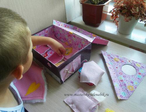 Мальчик играет в куклу