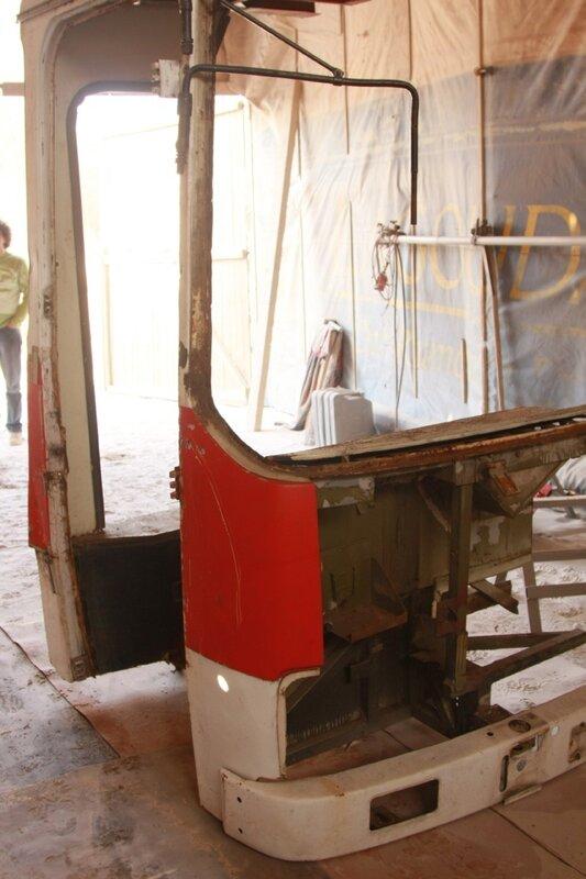 Рабочее место в офисе из кабины старого венгерского автобуса Ikarus.