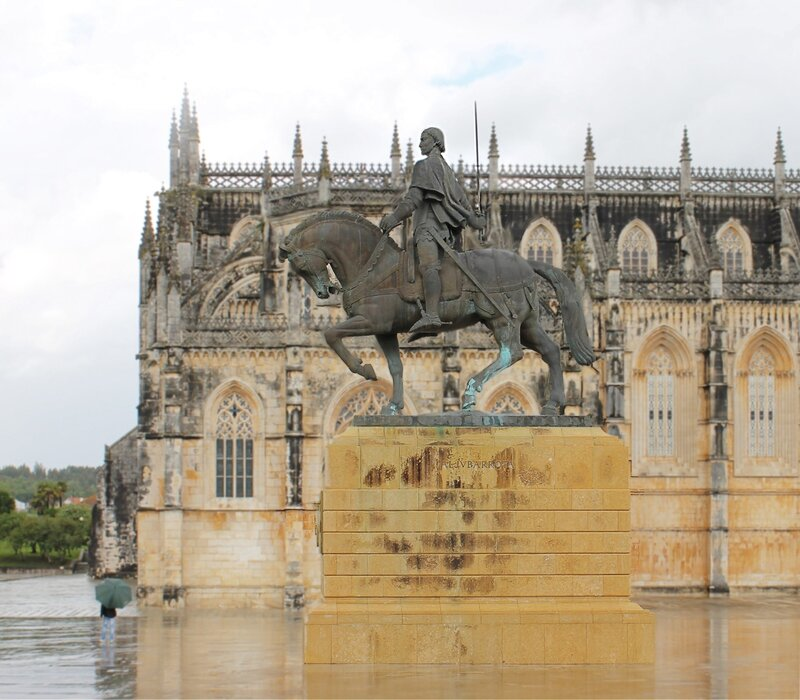 Монастырь Баталья. Mosteiro Santa Maria da Vitória na Batalha. Памятник Альвареш Перейре. Nuno De Santa Maria Álvares Pereira monumento