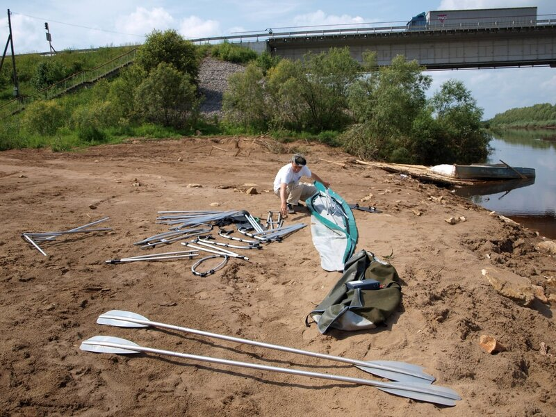 сборка байдарки Вуокса у моста через реку Молому