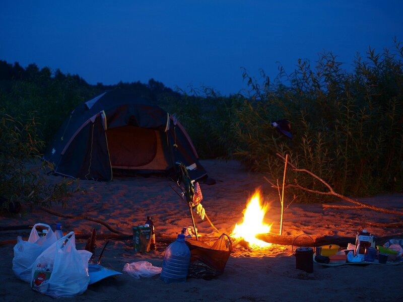 Ночевка на песчаном острове. Палатка и костёр