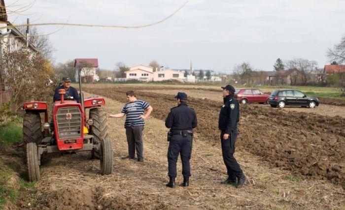Хорватский фермер распахал землю на стоянке