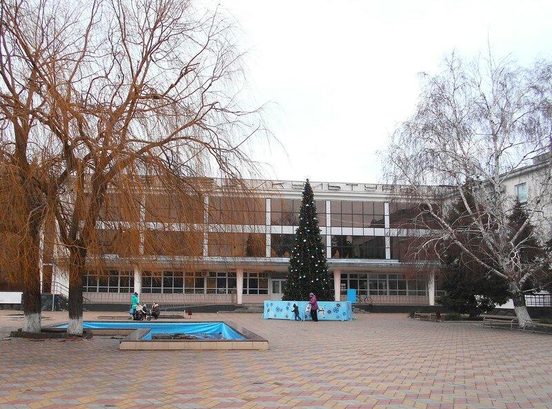 Ёлка новогодняя у ДК ... DSCN2788.JPG