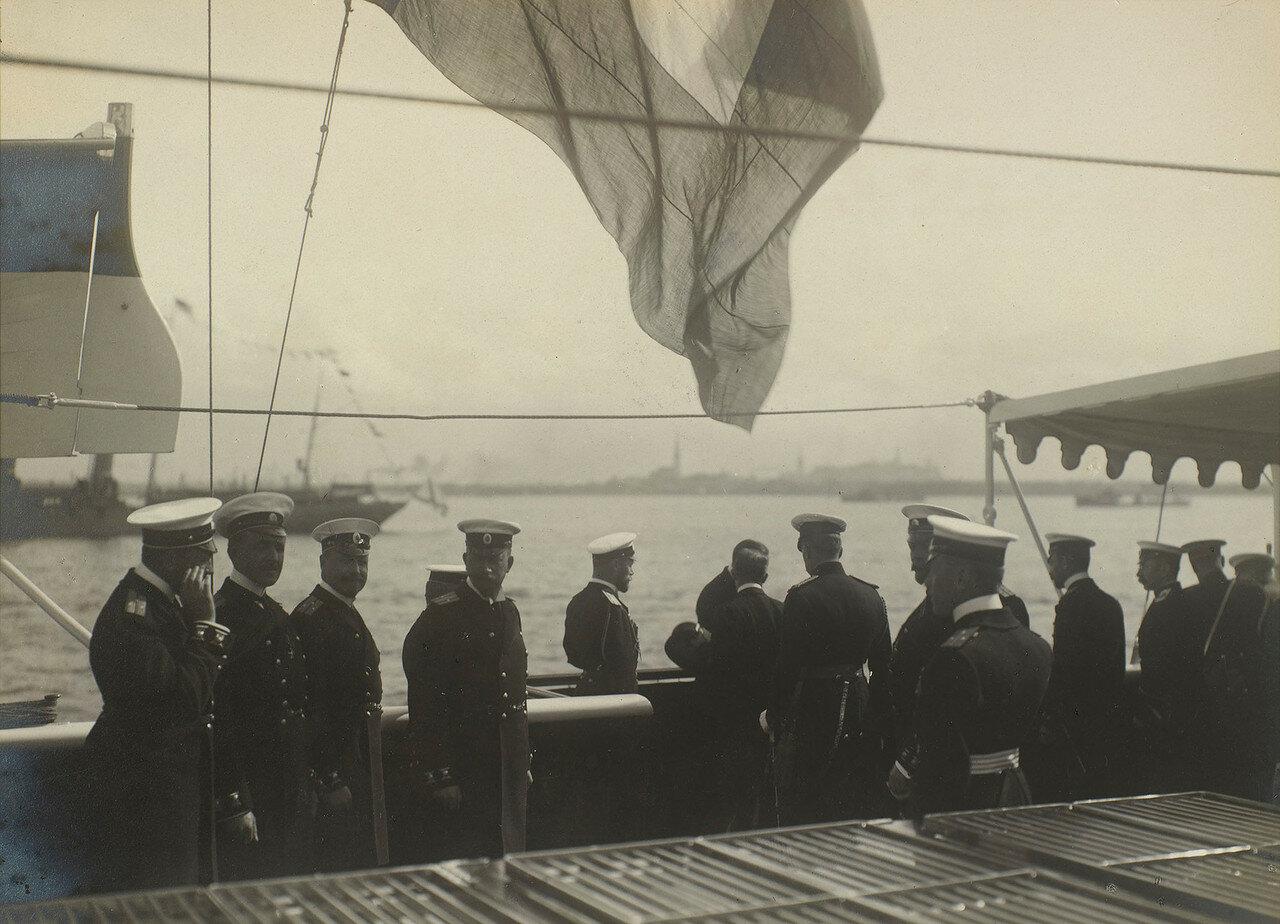 26. Морские офицеры на палубе яхты