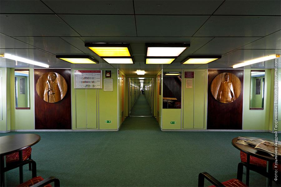 салатовый пластик на стенах средней палубы теплоход Семён Будённый