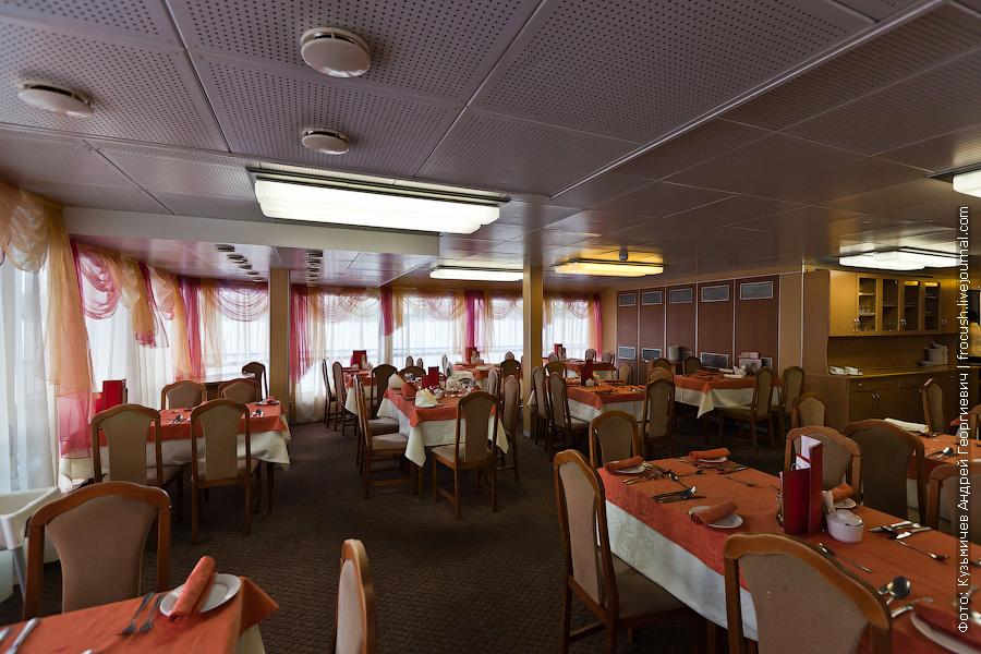 Ресторан на 110 мест в кормовой части средней палубы теплоход Михаил Фрунзе