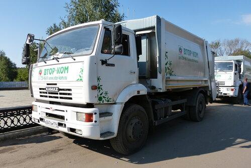 Мусоровоз доставляет мусор на утилизацию