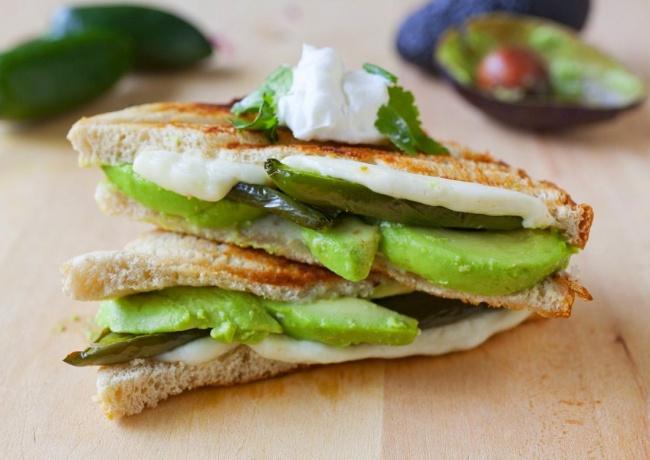 Нарезаем авокадо тонкими слоями, зеленый перчик чили разрезаем вдоль, добавляем мягкий сыр ивсе это