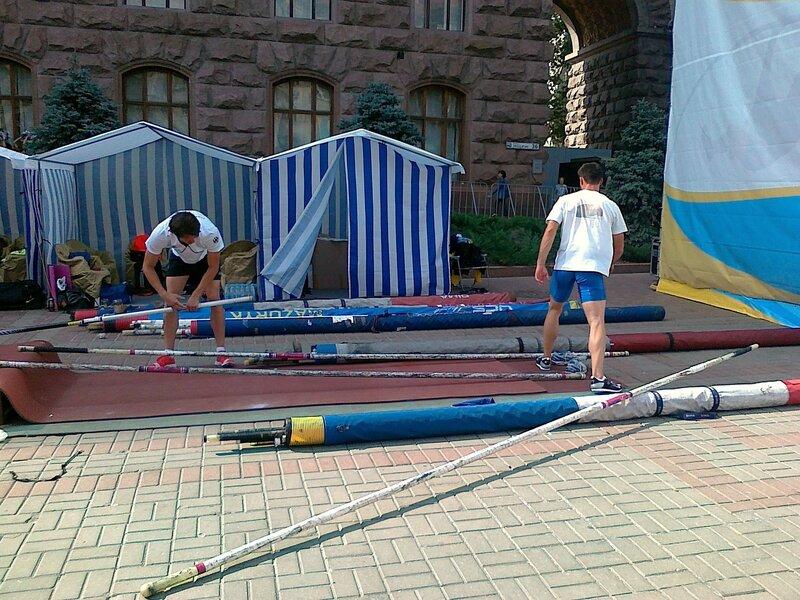 Подготовка к прыжкам с шестом на Крещатике