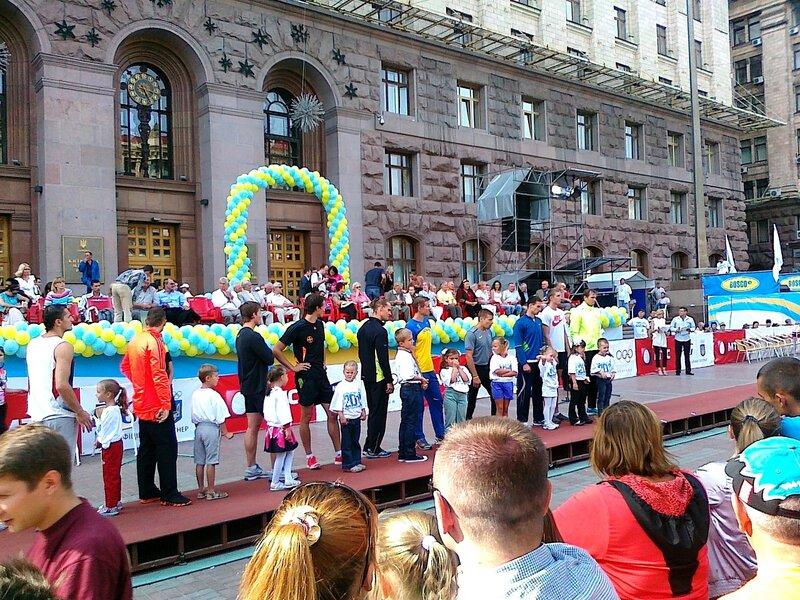 Соревнования по прыжкам с шестом под мэрией Киева