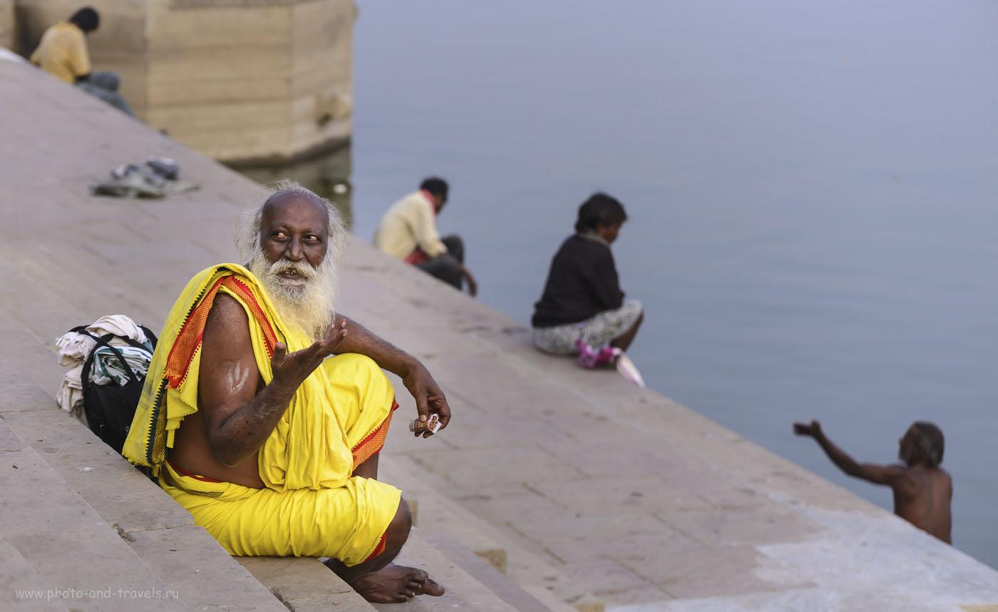 Фотография 22. Дедуля на берегу реки Ганг в Варанаси. Отчеты туристов о поездке в Индию. 1/500, 4.8, 320, 122. Камера Nikon D610, телеобъектив Nikon 70-300.