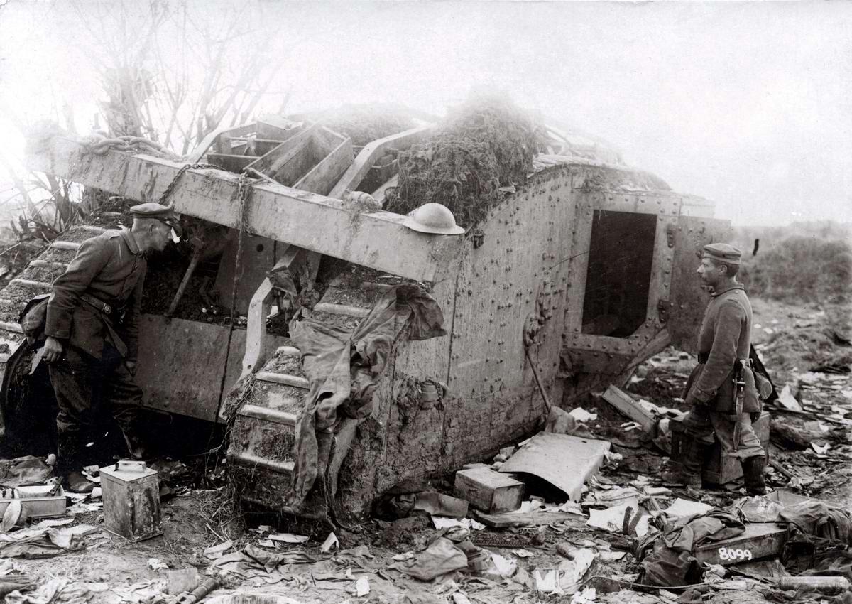 Германские солдаты осматривают подбитый британский танк MKIV