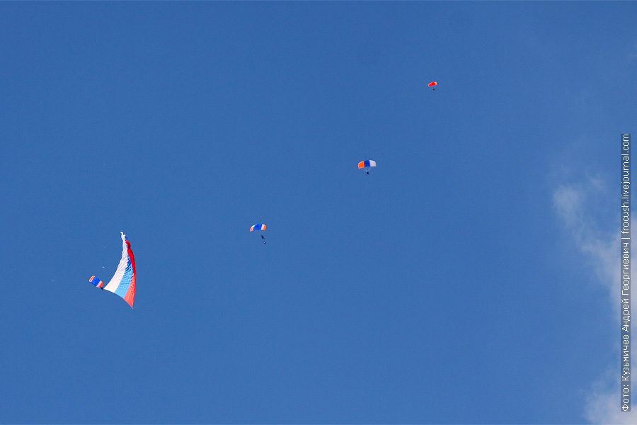 4 парашютиста. 1 оператор и 3 с флагами. 100 лет ВВС