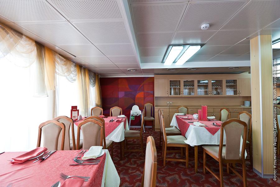 Ресторан в кормовой части главной палубы на 140 мест теплоход Михаил Фрунзе