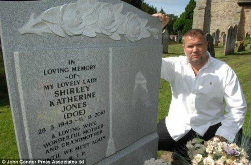 Сын, разбивающий надгробье матери