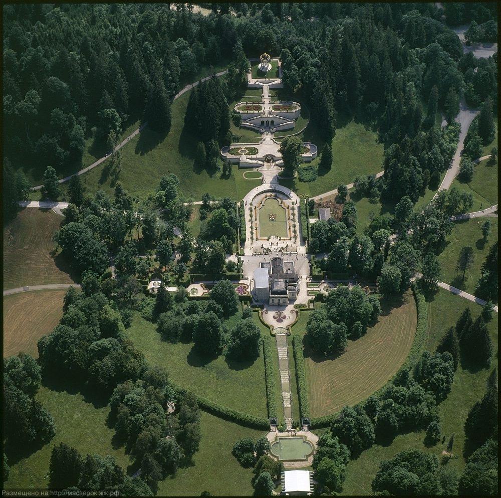 Luftaufnahme von Schloss und Park Linderhof.
