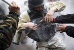 Участники уличных беспорядков пытаются отобрать у полицейского противотанковый гранатомет, 7 апреля, Бишкек, Кыргызстан. Фото Владимира Пирогова   Protesters try to take a rocket propelled grenade from a riot policeman during clashes in Bishkek