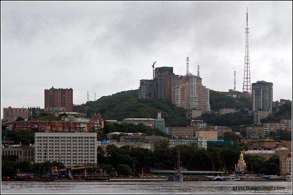 Центральная часть города с бухты Золотой Рог выглядит примерно так