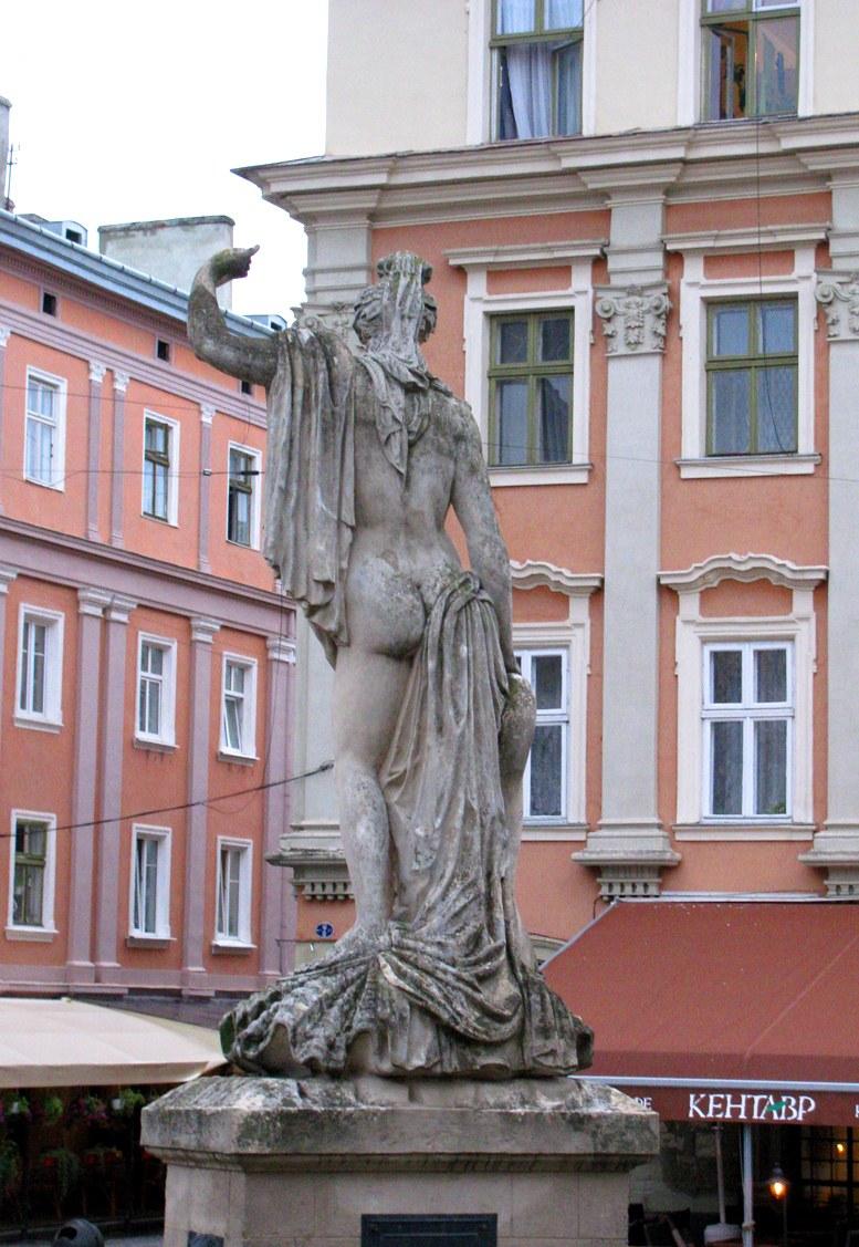 Львов - фонтан Амфитрита, вид сзади