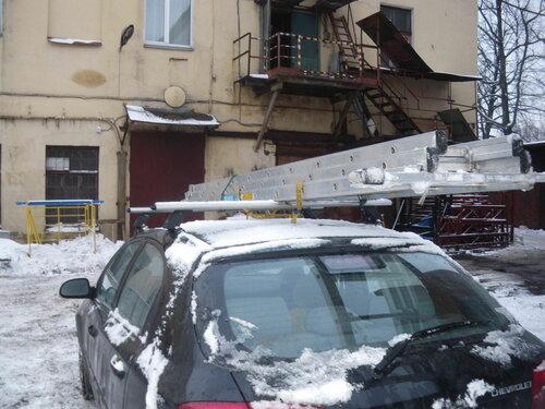 Фото 1. В производственных помещениях обычно высокие потолки, поэтому профессиональная лестница совершенно необходима для работы.