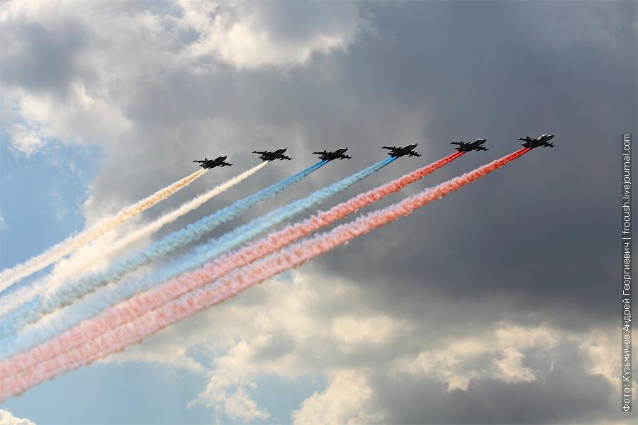 Проход с дымами цветов Государственного флага РФ Су-25БМ. 100 лет ВВС