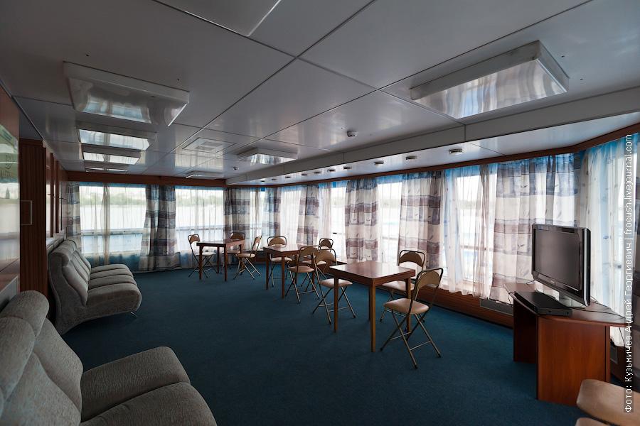 Читальный салон на средней палубе изнутри теплоход Михаил Фрунзе