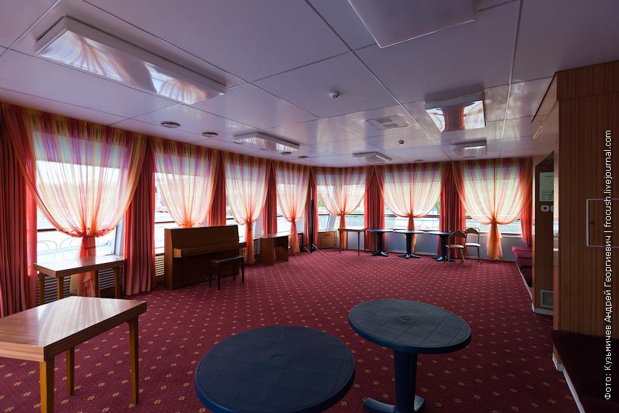 Музыкальный салон в носовой части шлюпочной палубы теплоход Фрунзе фото