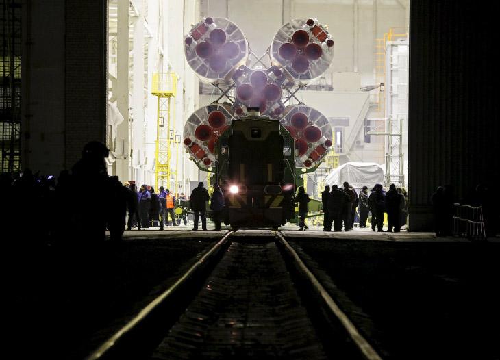 2. Ракету везут до места назначения на специальном поезде около 2 часов. (Фото Shamil Zhumatov | Reu