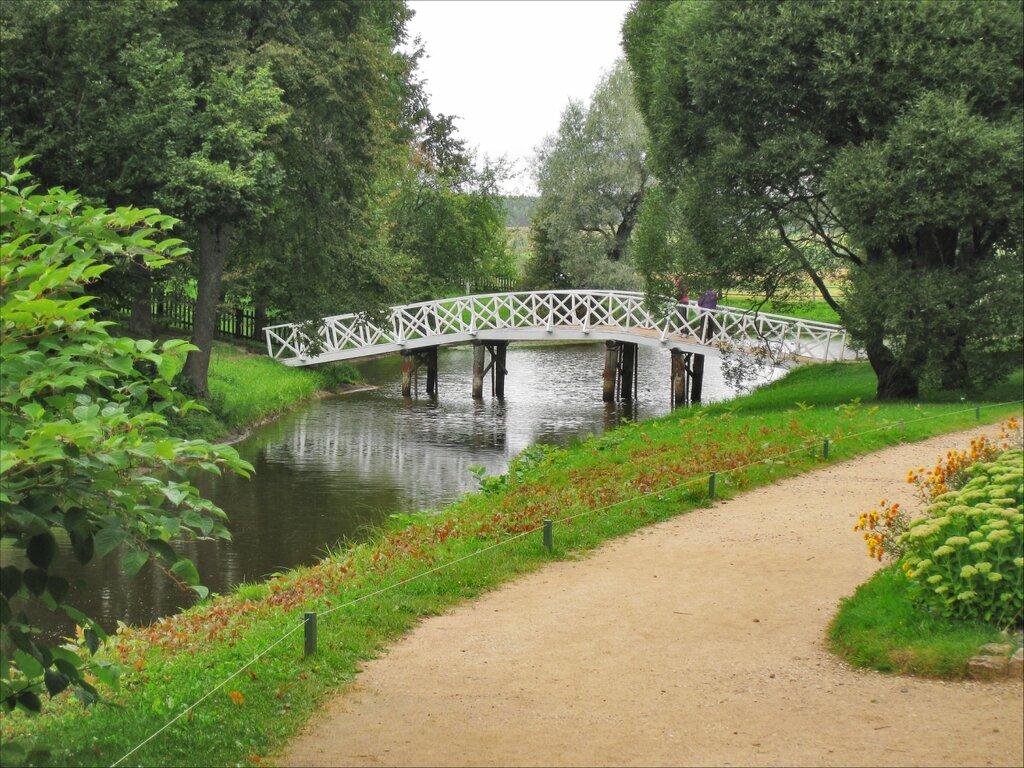Аллея, пруд и мост