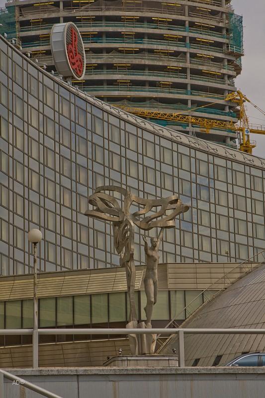 Скульптура перед отелем Ренессанс-Москва
