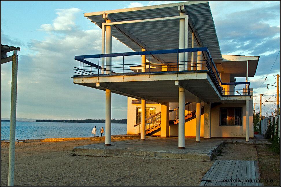 Тут даже построено специальное здание, откуда фотографировать закаты особенно удобно