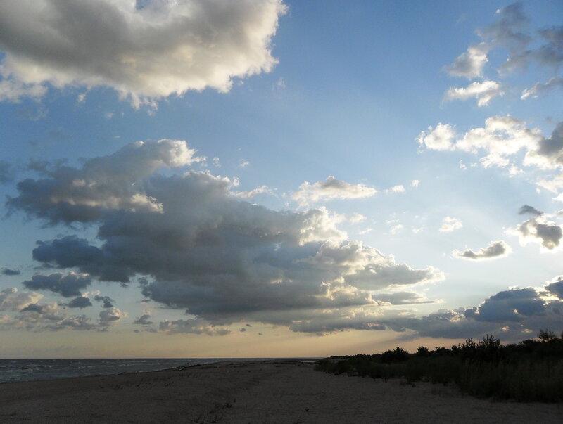 У моря, утренние облака