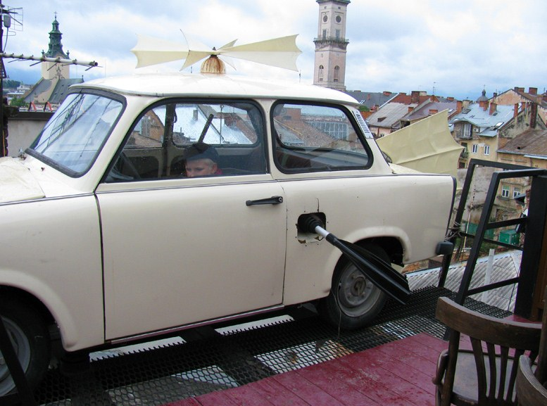 Львов - Дом легенд, машина на крыше