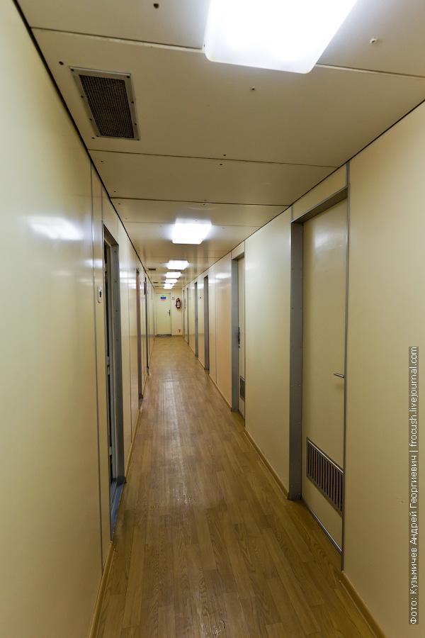 коридор на нижней палубе в носовой части теплоход Михаил Фрунзе