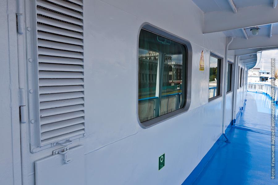 По правому борту шлюпочной палубы обнаружилось одно обзорное окно с закругленными углами теплоход Михаил Фрунзе
