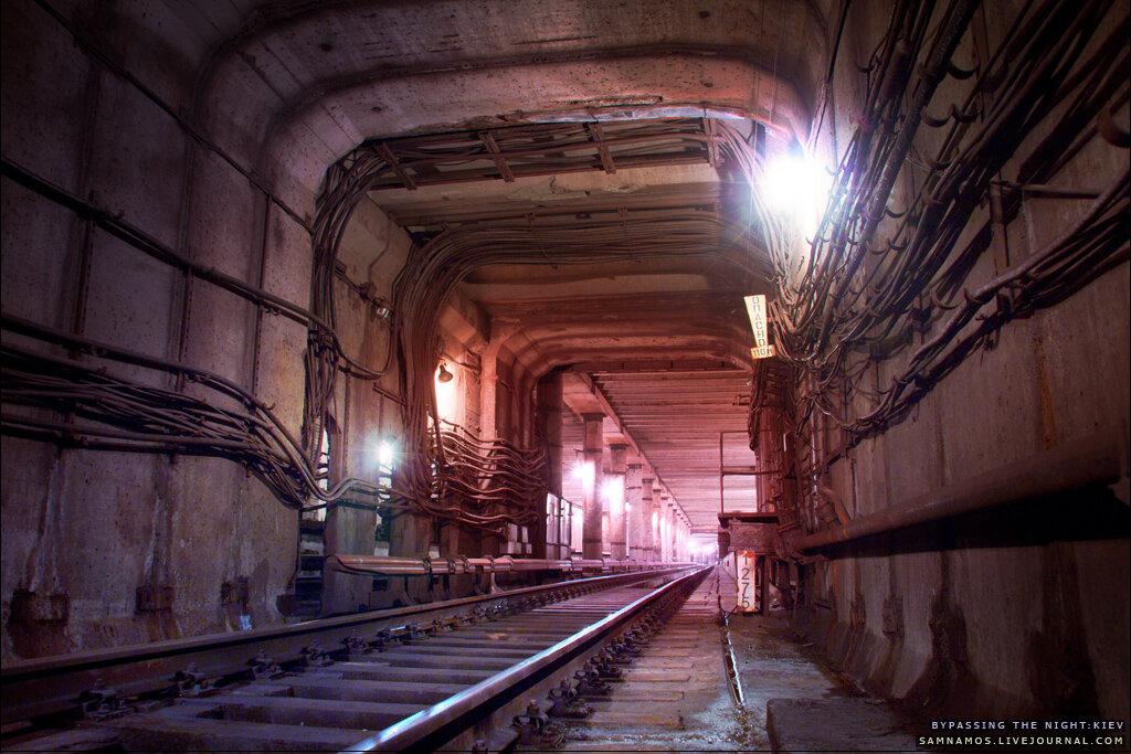 Станция киевского метро Теличка из туннеля
