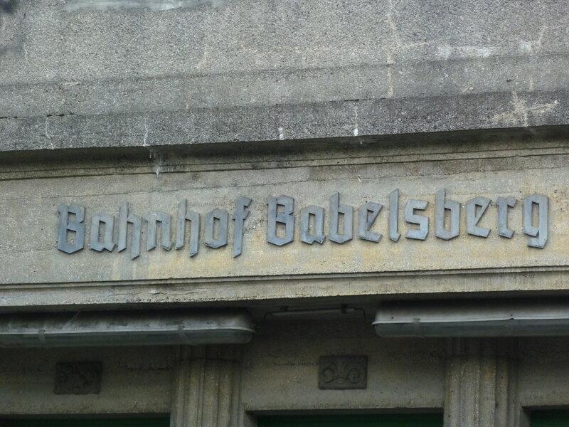 Готическая вывеска вокзала Бабельсберг
