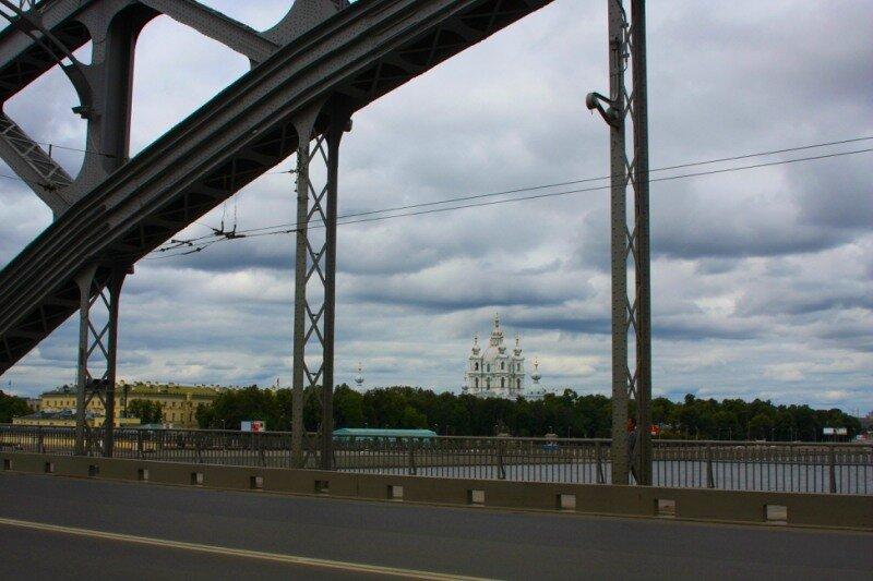 вид на Смольный с Большеохтинского моста
