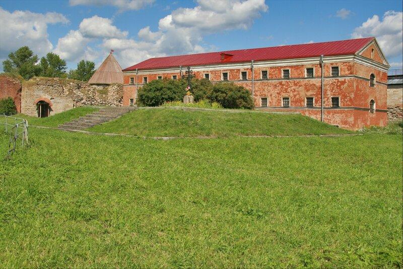 Здание Новой тюрьмы и могила солдат, крепость Орешек
