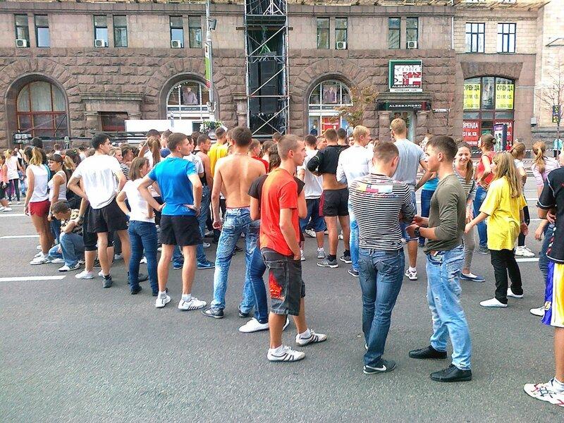 Команда Майданс-3 отдыхает между репетициями на Крещатике