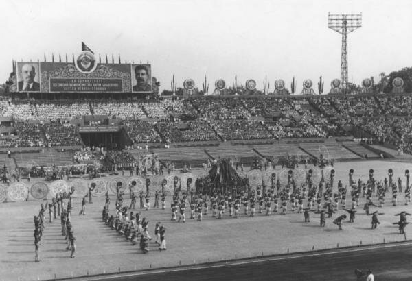 800-летие Москвы. Физкультурный парад на стадионе Динамо 2 сентября 1947 года. Фото Е. Халдея.