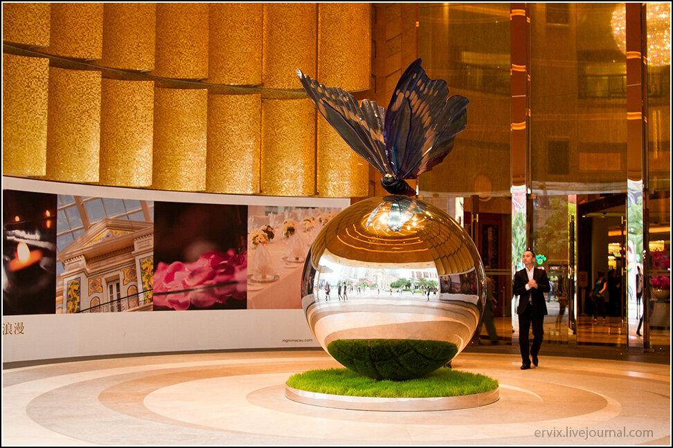 Бабочка на входе в MGM Macau