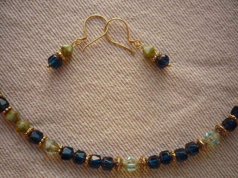 колье и серьги собраны из стеклянных чешских бусин в античном стиле: и синие, и прозрачные бусины характерной формы...