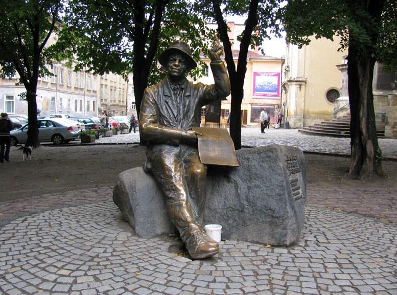 Львов - памятник художнику Никифору Крыницкому